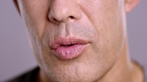 vidéos et rushes de lèvres d'un homme asiatique parlant - parler