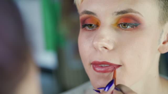 vidéos et rushes de application de rouge à lèvres - crayon à lèvres