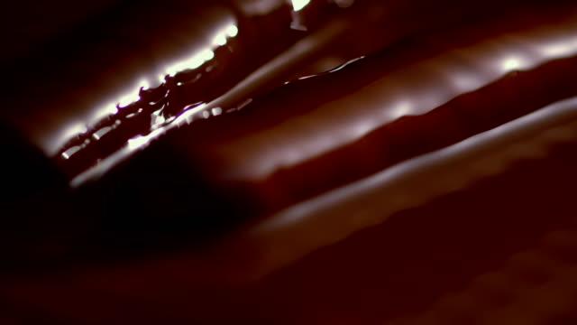 vídeos y material grabado en eventos de stock de chocolate líquido que cubre gelatina - glaseado para postres