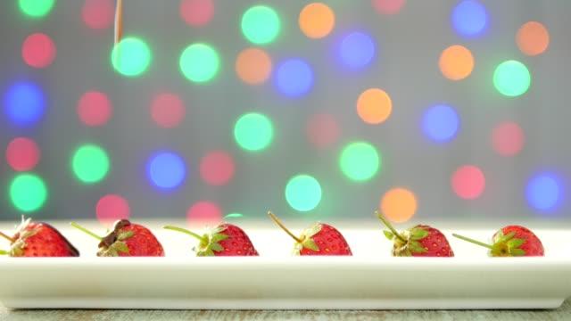 液体チョコレートはイチゴに熟読 - バレンタイン チョコ点の映像素材/bロール