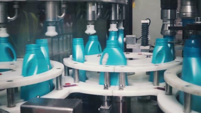自動化された生産ラインの液体洗剤。クリップ。洗浄液の自動生産ラインです。瓶詰め用の機器 ビデオ