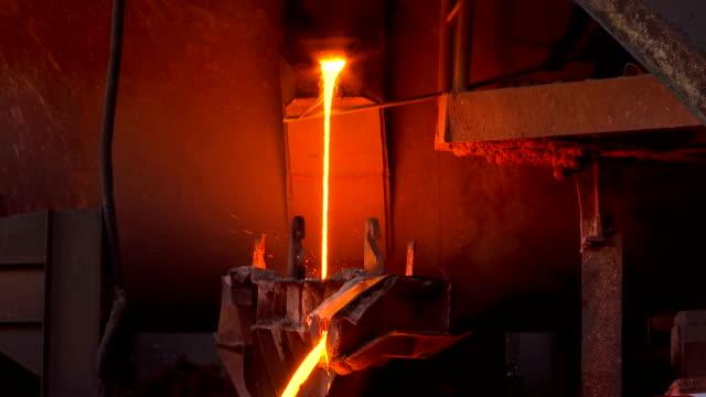 liquid metal in the foundry - attrezzatura energetica video stock e b–roll