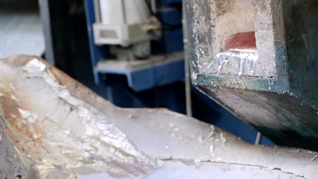 flüssigem geschmolzenem aluminium - aluminium stock-videos und b-roll-filmmaterial
