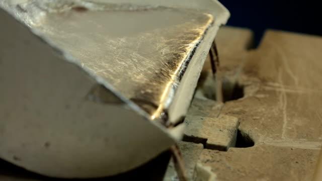 flüssige schmelze fließt aus der form - aluminium stock-videos und b-roll-filmmaterial