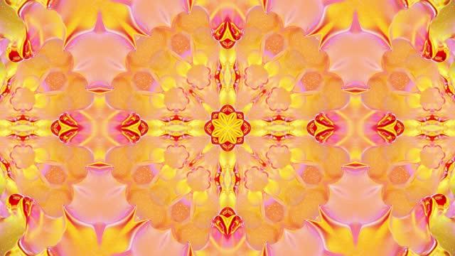vídeos de stock, filmes e b-roll de padrão ondulado líquido como caleidoscópio com ondas ou mandala, gradiente multicolorido. 3d elegante abstrato em loop bg, estrutura simétrica ondulada de líquido brilhante. 4k animação colorida de fluidos da moda. - mandala
