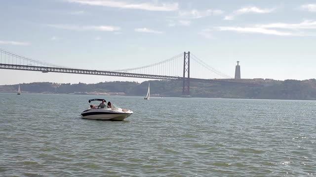 vídeos de stock e filmes b-roll de lisboa new museum maat belem boat - ponte 25 de abril