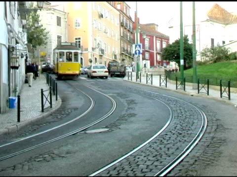 vídeos de stock e filmes b-roll de lisboa portugal cabo trolly de 2 - eletrico lisboa