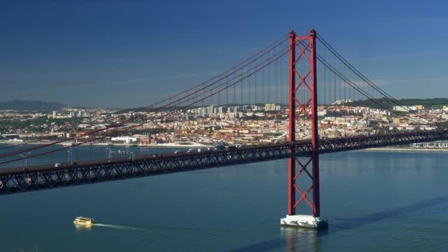 """lissabon, portugal. pkw-verkehr auf der 25 de abril """"brücke über den tejo bei einem sonnigen tag. 4k - zahl 25 stock-videos und b-roll-filmmaterial"""