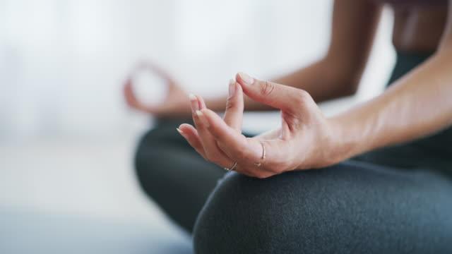 vücudun sana ne söylediğini dinle. - beden bilinçli stok videoları ve detay görüntü çekimi
