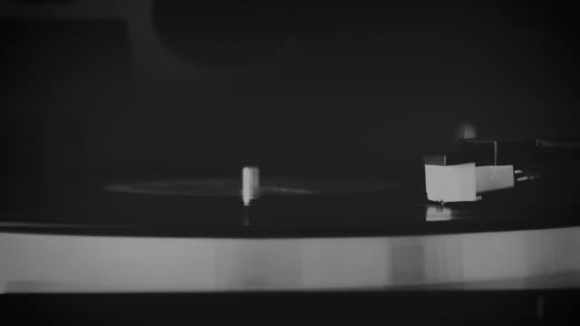 在舊唱機上聽音樂 - {{asset.href}} 個影片檔及 b 捲影像