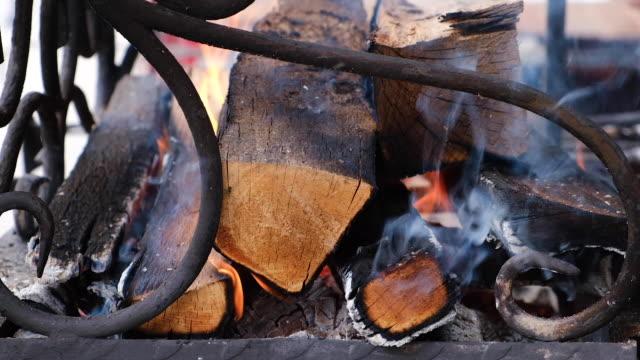 ateş yaktı. yerleşik barbekü. yangından gelen duman. açık alev. yüksek sıcaklık. - şenlik ateşi stok videoları ve detay görüntü çekimi