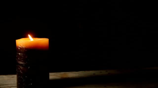 Vela acesa queimando no escuro - vídeo