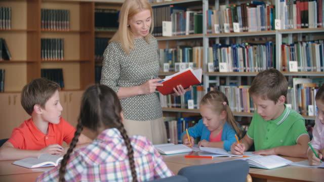 stockvideo's en b-roll-footage met literatuur klasse - literatuur