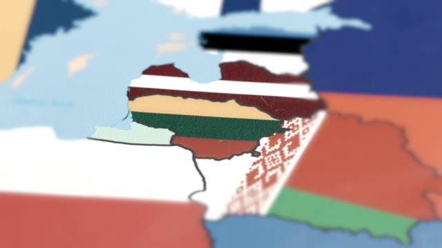 vídeos de stock, filmes e b-roll de lituânia com a bandeira nacional no mapa do mundo - países bálticos