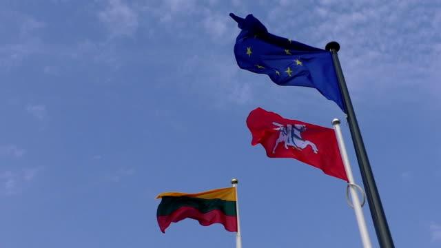 litauische und der europäischen union eu fahnen nahaufnahme - litauen stock-videos und b-roll-filmmaterial