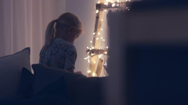 cu entzückenden mädchen springen und lachen nach der lektüre der hinweis in den täglichen umschlag aus einem adventskalender weihnachten urlaub saison - adventskalender stock-videos und b-roll-filmmaterial