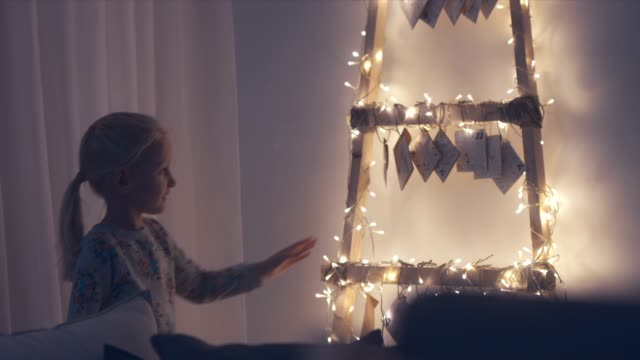 MED machte wenig liebenswert Mädchen von hand vorbei Adventskalender in ihrer Wohnung hängen Umschläge zu berühren – Video