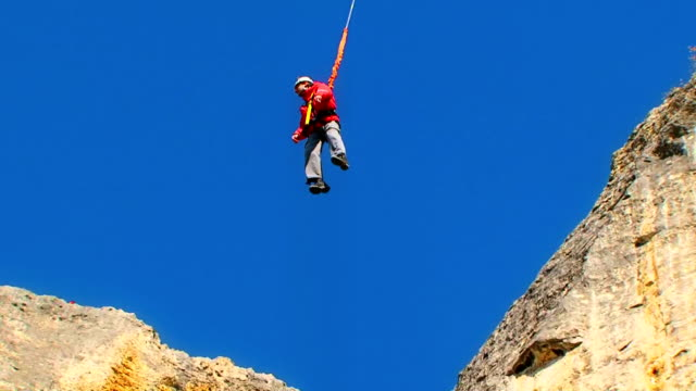 po'di avventura - bungee jumping video stock e b–roll