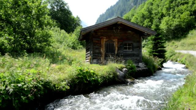 vídeos de stock, filmes e b-roll de little alpine hovel no fluxo de água (zillertal áustria) - tyrol state austria