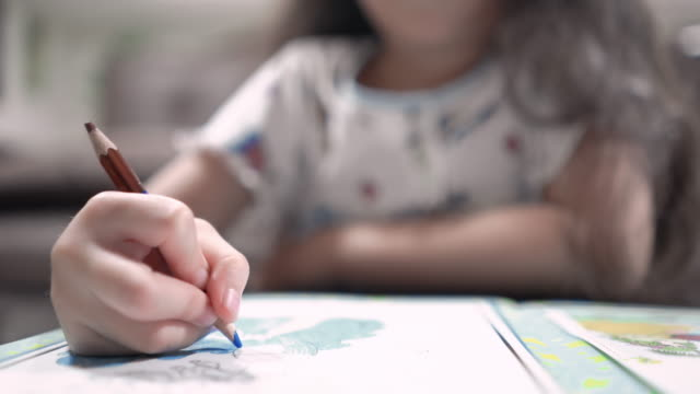 彼女の家で着色小さなアジアの女の子 - スケッチ点の映像素材/bロール