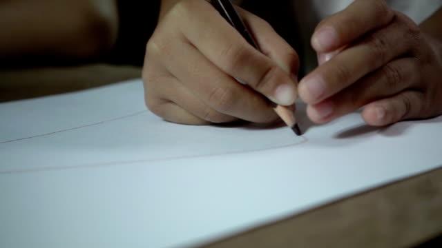 Poco chica escritura en escritorio en habitación oscura, lenta tiros. - vídeo