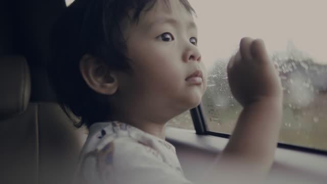 vidéos et rushes de petit garçon de bébé depuis la fenêtre de la voiture - véhicule terrestre
