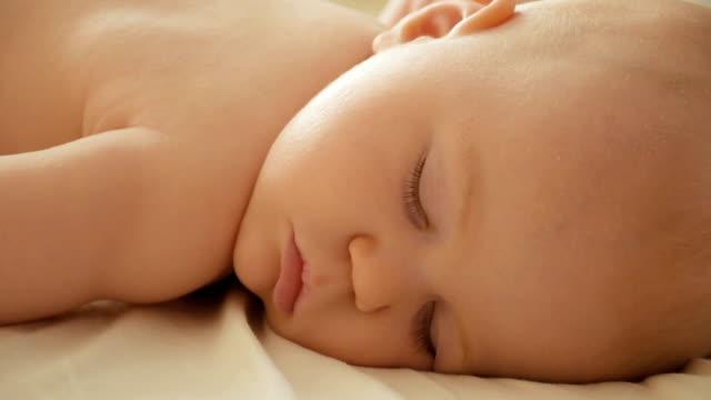 Little baby boy dormitorio - vídeo