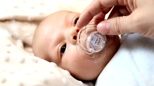 little baby diventa pacifier.full hd - ciuccio video stock e b–roll