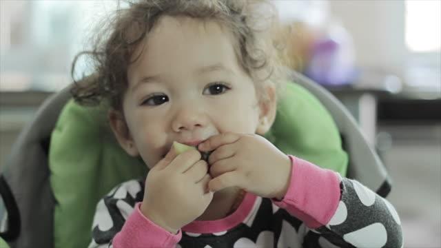 vídeos de stock e filmes b-roll de pequeno bebê menina criança pequena comer o pequeno-almoço - brócolo