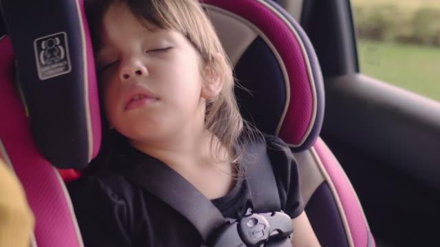 lilla bebis sover i säkerhet bilmonterade. - baby sleeping bildbanksvideor och videomaterial från bakom kulisserna