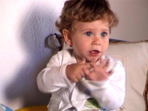 piccolo baby - solo neonati maschi video stock e b–roll