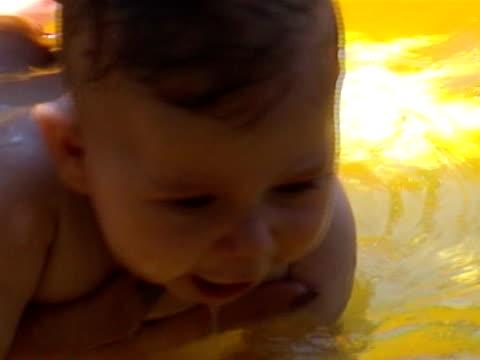 piccolo baby - 0 11 mesi video stock e b–roll
