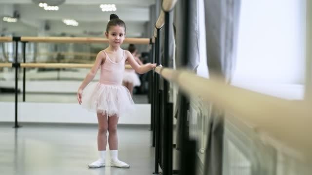 lilla ballerina tränar armrörelser - dansa balett bildbanksvideor och videomaterial från bakom kulisserna
