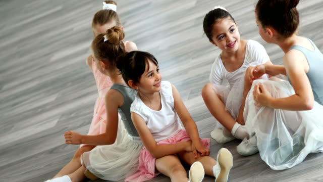 vídeos de stock e filmes b-roll de little ballerinas having a break - tule têxtil