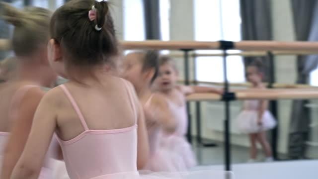 vídeos de stock e filmes b-roll de little ballerinas having fun - tule têxtil