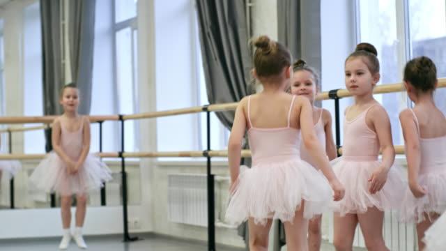 小さなバレリーナ ダンス クラスでジャンプ - チュール生地点の映像素材/bロール
