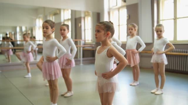 little ballerinor på en balett klass - balettstång bildbanksvideor och videomaterial från bakom kulisserna