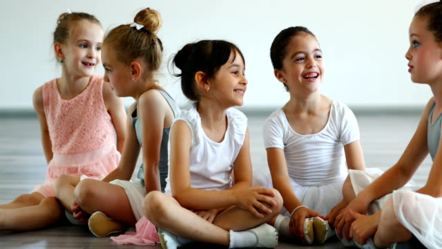 vídeos de stock e filmes b-roll de little ballerinas on a break - tule têxtil
