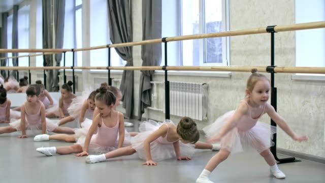 Kleinen Ballerinas üben seitliche Schlitze – Video
