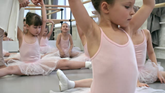 Kleinen Ballerinas Stretching für Splits – Video