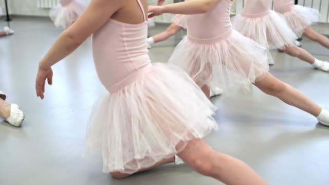 小さなバレリーナ ダンス スタジオでトレーニング - チュール生地点の映像素材/bロール