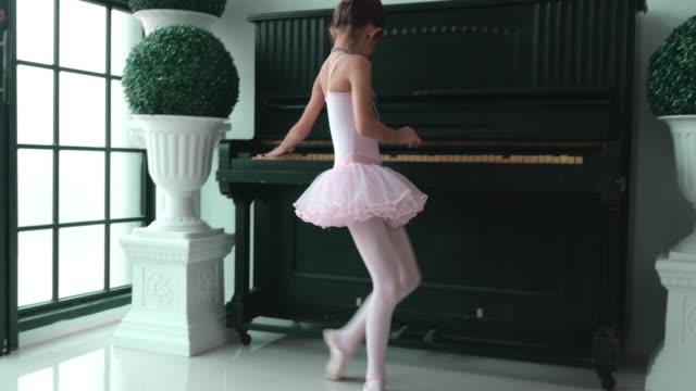 små ballerinor - balettstång bildbanksvideor och videomaterial från bakom kulisserna