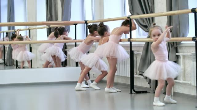 ダンスのクラスを待っている小さなバレリーナ - チュール生地点の映像素材/bロール