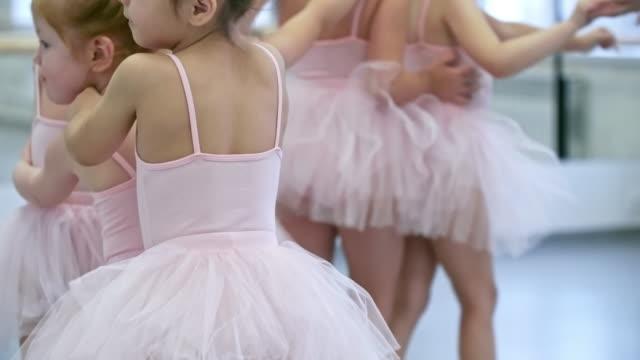 vídeos de stock e filmes b-roll de little ballerinas walking in line - tule têxtil