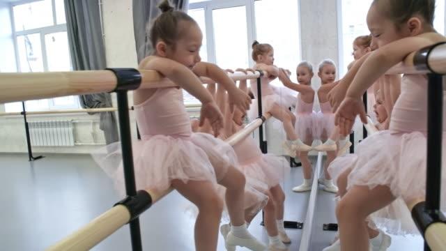 vídeos de stock e filmes b-roll de little ballet dancers looking in the mirror - tule têxtil