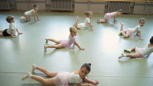 little balett dansare stretching före balett klass - balettstång bildbanksvideor och videomaterial från bakom kulisserna