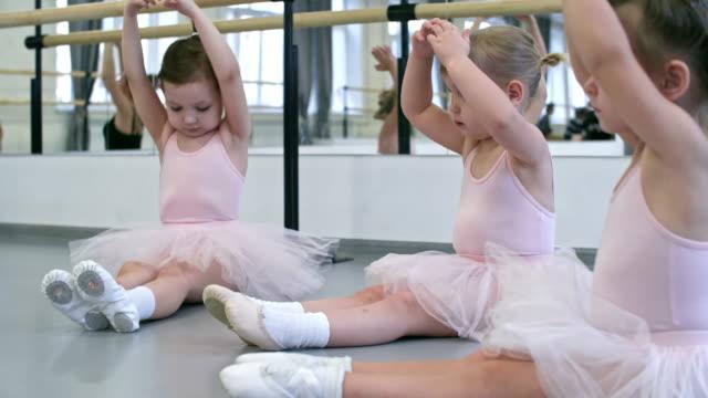 小さなバレエ ダンサー ウォーミング アップ - チュール生地点の映像素材/bロール