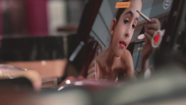 lilla skönhet blogger - makeup artist bildbanksvideor och videomaterial från bakom kulisserna