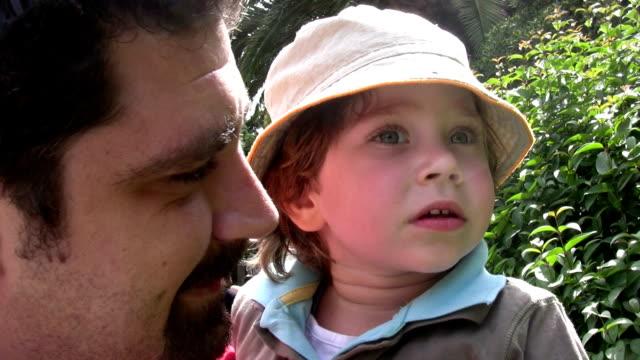 Poco niño y su padre - vídeo