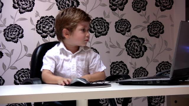 little boy und büro - mouse pad stock-videos und b-roll-filmmaterial